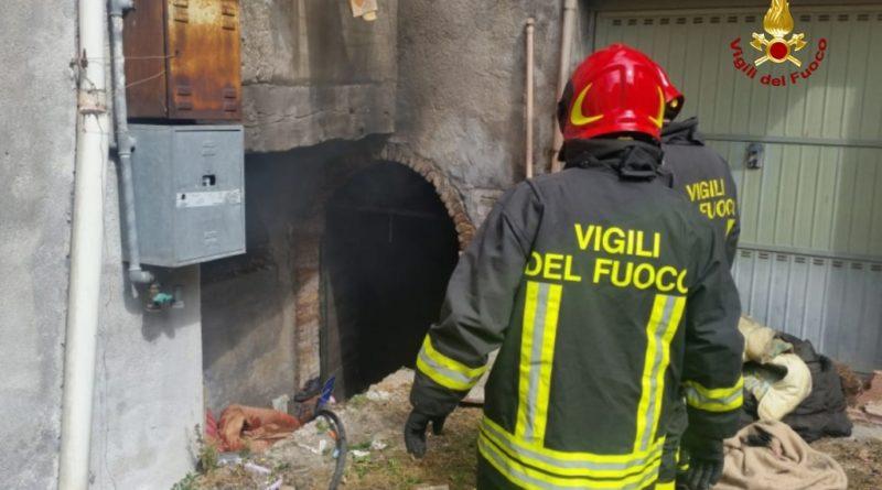 Ancona, Fabriano, incendio di uno scantinato.