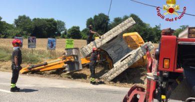 Vigili del Fuoco,Camerano,recupero di un escavatore rovesciato sul ciglio della SP2 al KM 4