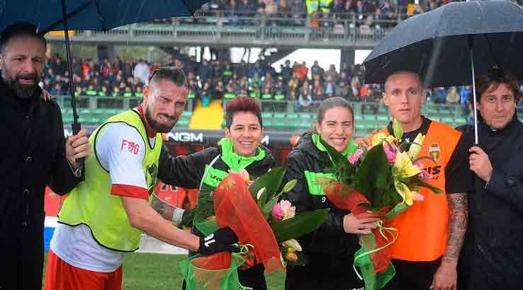 Un mazzo di fiori, gesto di gentilezza. La Serie B contro la violenza alle donne