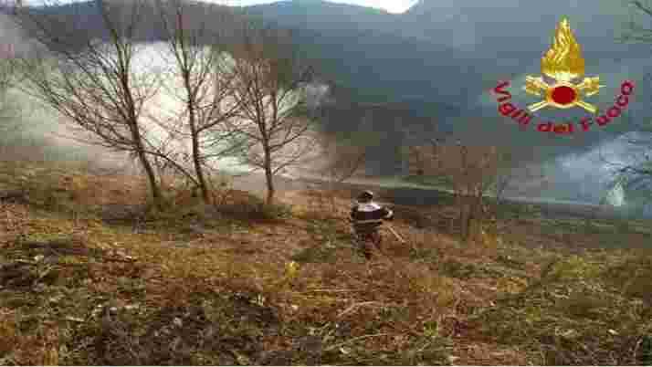 Vigili del fuoco Ascoli Piceno incendio bosco Trisungo