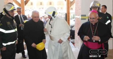 Papa Francesco a Camerino con i Vigili del Fuoco nel Duomo inagibile