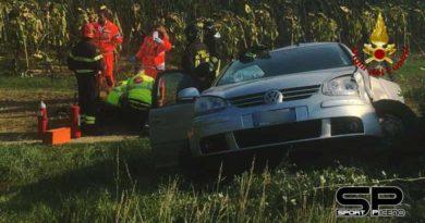 i vigili del fuoco Di Arcevia e Senigallia sono intervenuti a Pongelli di Ostra Vetere in via Cona per incidente stradale
