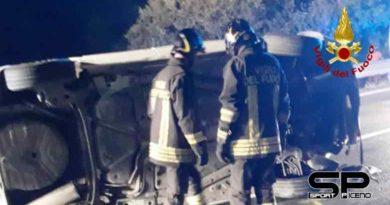 vigili del fuoco, estratto mamma e figlio dalla vettura