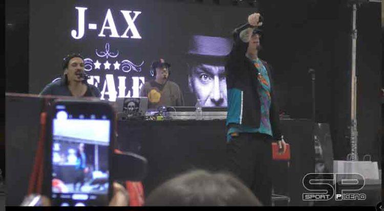J-Ax ad Ascoli Piceno, fan in estasi Video