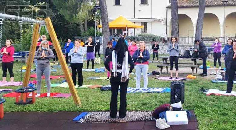 """Più di 40 persone per la prima lezione di """"Summer Yoga"""" all'Annunziata"""