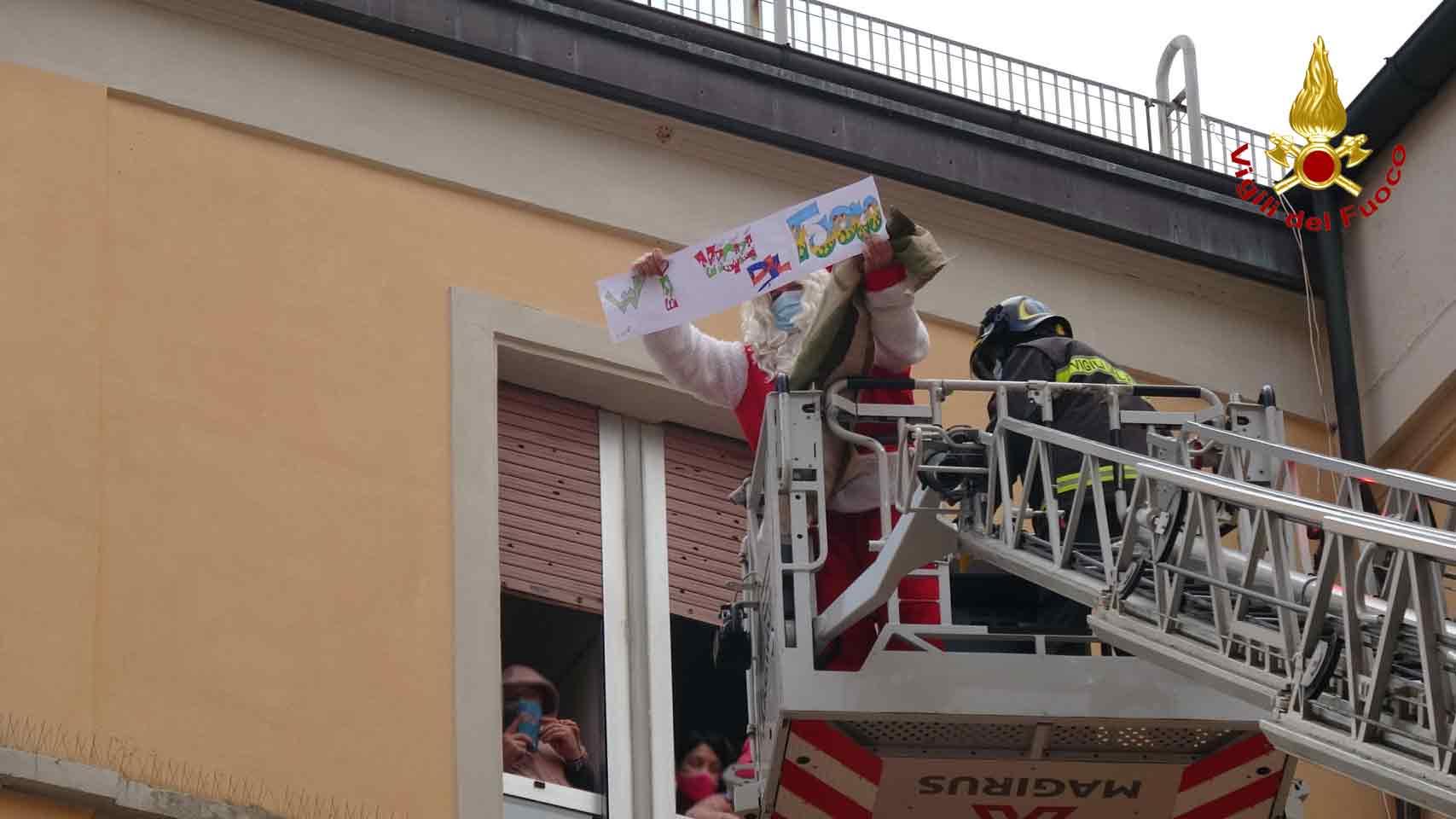 Vigili Del Fuoco Natale Di Solidarietà Per I Bambini Dell'ospedale Salesi Di Ancona